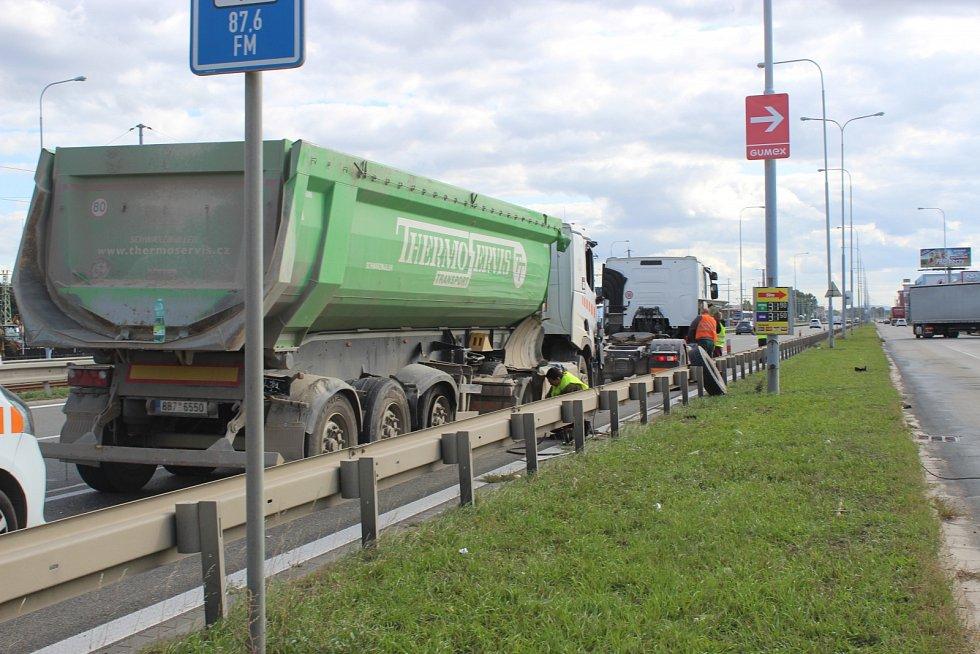 Kamion narazil v brněnské Vídeňské ulici zezadu do autobusu plného lidí.