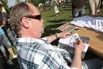 Nakreslit stovku podobizen za pouhou hodinu? Pro brněnského karikaturistu Lubomíra Vaňka to není žádný problém.