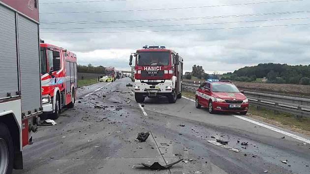 Zranění řidiči, vyprošťování. Na D2 se srazily náklaďáky, dálnice na Brno stojí