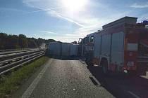 Převrácený kamion zablokoval 206,5 km dálnice D1 ve směru na Ostravu.