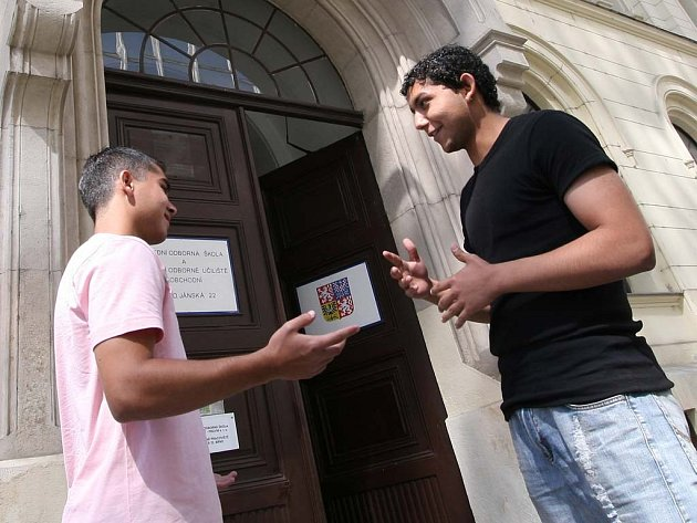 Romští chlapci před školou