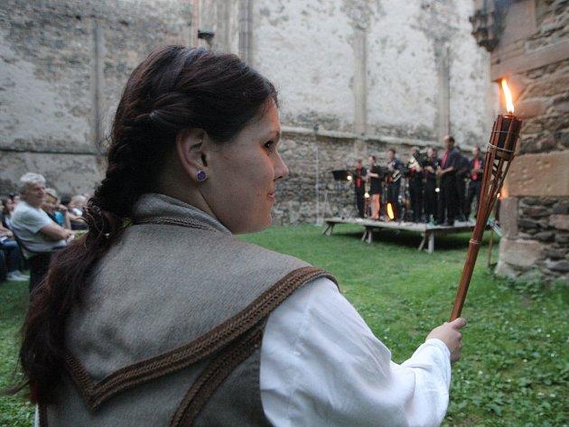 Netradiční noční prohlídku za světla pochodní zažili v sobotu návštěvníci opuštěného kláštera v Dolních Kounicích Rosa Coeli.