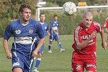 Líšeňský fotbalista Jiří Jaroš (v modrém).