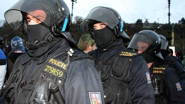 ilustrační policejní těžkooděnci