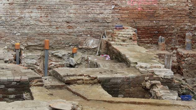 Na Římském náměstí v Brně našli vápennou jámu ze třináctého století