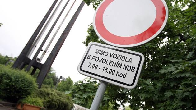 Kvůli parkování za touto značkou se dohadoval radní Jiří Zlatuška s městskými strážníky.