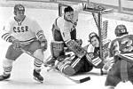 SEDM GÓLŮ. Brankář Vladimír Dzurilla s obráncem Rudolfem Tajcnárem čelí nájezdům finských útočníků na olympiádě v Sapporu 1972. Čechoslováci vyhráli 7:1.