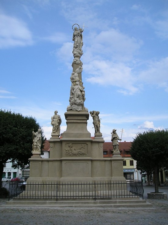 Mariánský sloup zasvěcený Panně Marii a ochráncům proti moru v Ivančicích. Barokní památka byla zrestaurována v roce 2018.