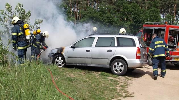 Brněnští hasiči likvidovali požár auta, kterému vzplanul motor.