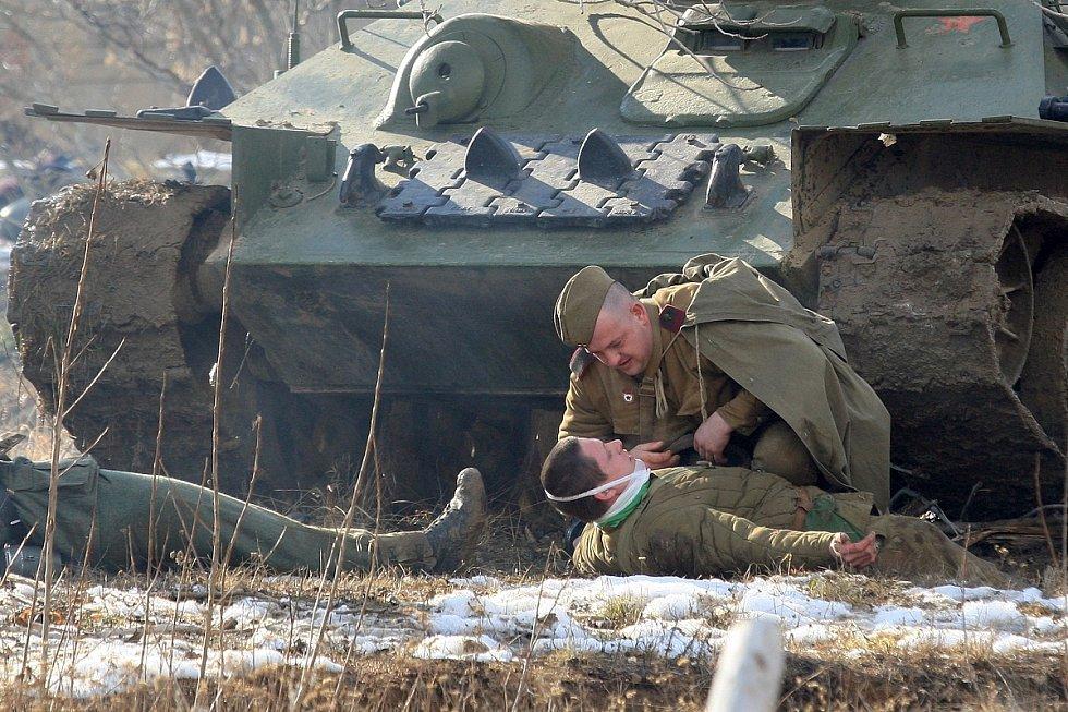 Německé jednotky v sobotu odrazily útok Rudé armády v Army parku u Ořechova. Zimní bitvu z východní fronty roku 1944 jim tam sehrálo přes sto účastníků v dobových uniformách s autentickou výstrojí.