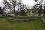 Současná podoba parku Řehořova v brněnských Černovicích. Po revitalizaci v parku vznikne rovná travnatá plocha a společenská plocha s kavárnou v části u Řehořovy ulice.