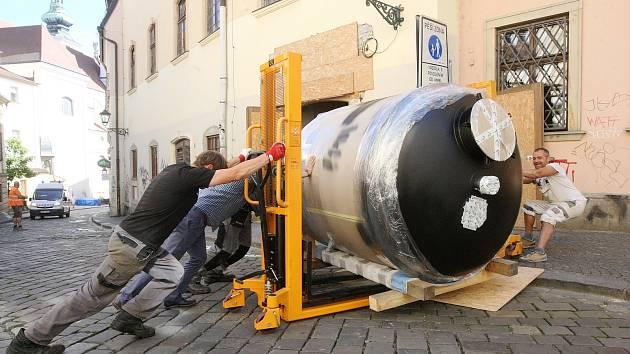 Brno 24.8.2020 - instalace varny do Pivovarského domu Poupě v Dominikánské ulici