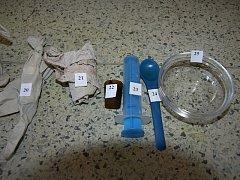 Policisté našli zařízení a chemikálie potřebné k výrobě pervitinu v jedné z chat v brněnském Komárově.