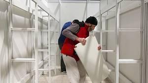 Na brněnském výstavišti začali stavět záložní nemocnici