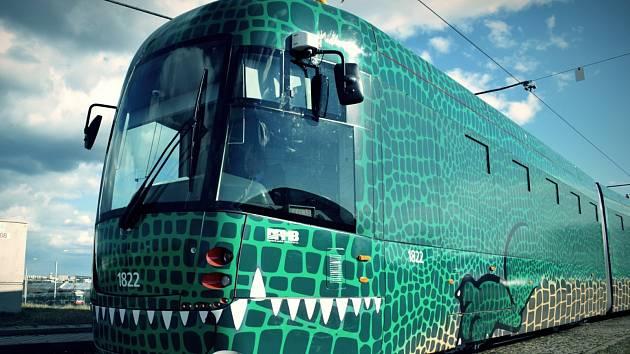 Po kolejích se prohání první brněnský Drak. Novou soupravu zdobí zelené šupiny