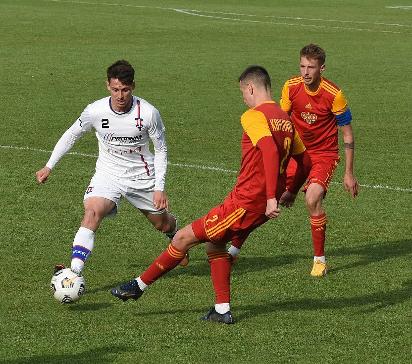Líšeňští fotbalisté (v bílém Jan Silný) porazili pražskou Duklu 3:0.