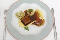 Bramborový krém, vepřová panenka s chlupatým knedlíkem a jako dezert čokoládovo-zázvorová pěna. Toto tříchodové menu nabízí restaurace Prominent v hotelu Holiday Inn Brno.