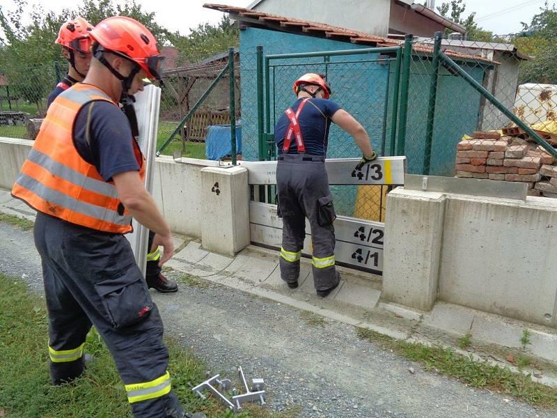 Hasiči cvičili v Pohořelicích stavbu mobilních hrazení proti velké vodě.