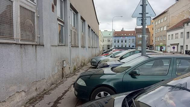 Pár centimetrů od zdi: lidé musí mezi zaparkovanými auty v Husovicích kličkovat