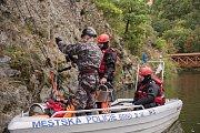 Pod hradem Veveří policisté zachraňovali zraněného z vody a následně přes nepřístupný terén do bezpečí.