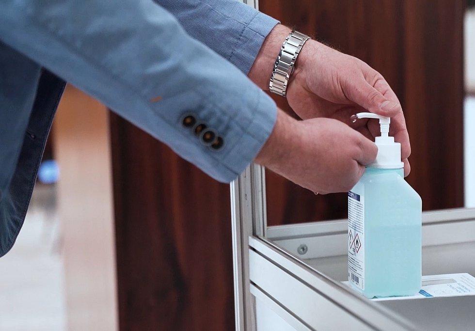 Jako první vám při evidenci změří teplotu a vydezinfikujete si ruce.
