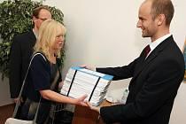 Zástupci občanských sdružení předali petici s téměř sedmatřiceti tisíci podpisy krajskému radnímu pro územní plánování Davidu Mackovi.