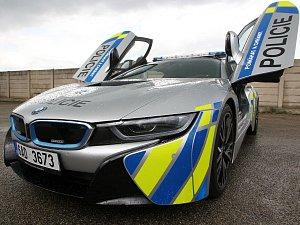 Hybridní supersport BMW i8 využívali jihomoravští policisté jen krátkou dobu. Auto nabouralo do stromu.