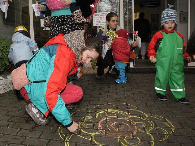 Mezinárodní den proti násilí na ženách před brněnskou porodnicí na Obilním trhu.