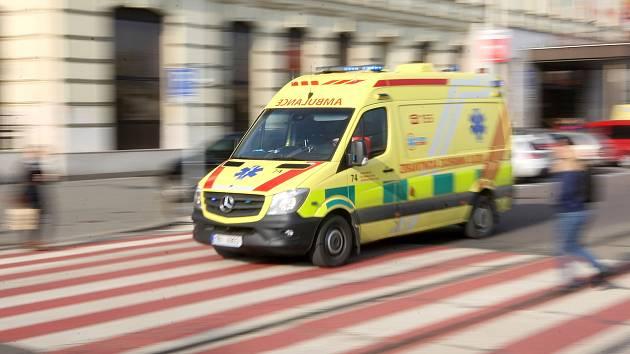 Motorkář narazil do auta v protisměru. Tři lidé skončili v nemocnici