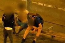 Spící muž v přístřešku před brněnským hlavním nádražím přilákal zloděje. V rozmezí jen několika minut ho okradli hned dvakrát.