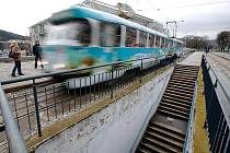 OBRÁCENÁ NÁSTUPIŠTĚ. Zastávka u brněnského výstaviště připomíná levostranný provoz. Jízdu vpravo zavedl Hitler v roce 1939.