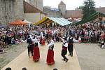 Řecká sobota na hradě Veveří. Lidé viděli i svádění mezi mužem a ženou v podání tanečníků tradičních tanců.