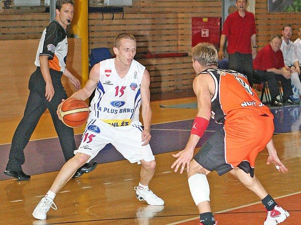 Brněnský basketbalista  Štěpán Vrubl (vlevo).