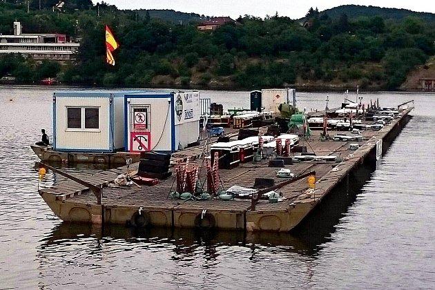 Španělský ponton vsobotu odpoledne na přehradě. Vté době ještě ohňostrůjci nevěděli, že vyrovnají rekord.