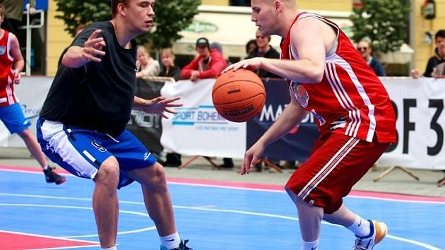 Vítězství domácích hráčů i hráček viděli diváci na sobotním turnaji v basketbale tři na tři na brněnském náměstí Svobody. Vlevo Ondřej Šiška