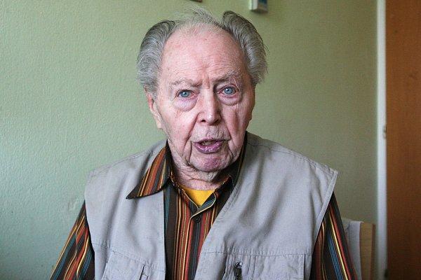 Bohumír Možný, 92let, úředník, poté, co utekl znucených prací ve Šlapanicích na Brněnsku, byl urodiny ve Slavkově uBrna