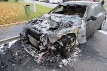 Zaparkované BMW hořelo v brněnském Komíně. Podle vyšetřovatele hasičů auto někdo úmyslně zapálil.