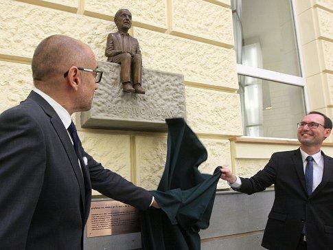 Odhalení sochy prvnímu děkanovi FSS MU Ivo Možnému.