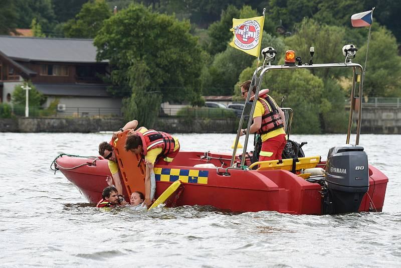 Otevření mola na Brněnské přeharadě na pláži u sirky s ukázkou činnosti vodních záchranářů z VZS Brno-město.