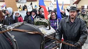 Protestní pochod s rakví k domu ministra zdravotnictví Jana Blatného