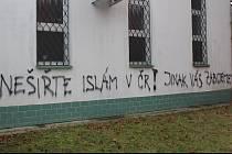 Neznámý vandal napsal na mešitu výhrůžný nápis.