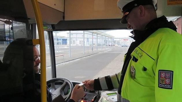 Usedli za volant, nastartovali autobusy a začali nabírat cestující. Šesti řidičům autobusů v Jihomoravském kraji v pondělí nevadilo, že byli opilí, do práce vyrazili i navzdory tomu. Policisté se na ně zaměřili při rozsáhlé akci.