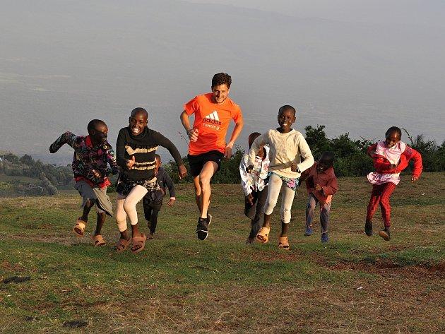 Atlet Jiří Homoláč mezi dětmi v Keni.