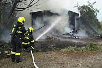 Hasiči v neděli zasahovali u požáru dřevěné chatky ve Starém Lískovci.