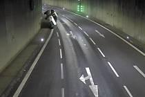 Převrátil auto v tunelu. Naměřili mu přes dvě promile.