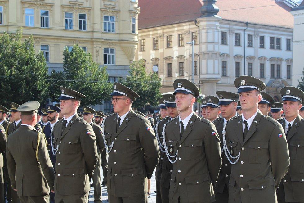 Vyřazení víc než stovky absolventů magisterského studia Univerzity obrany v Brně na náměstí Svobody.
