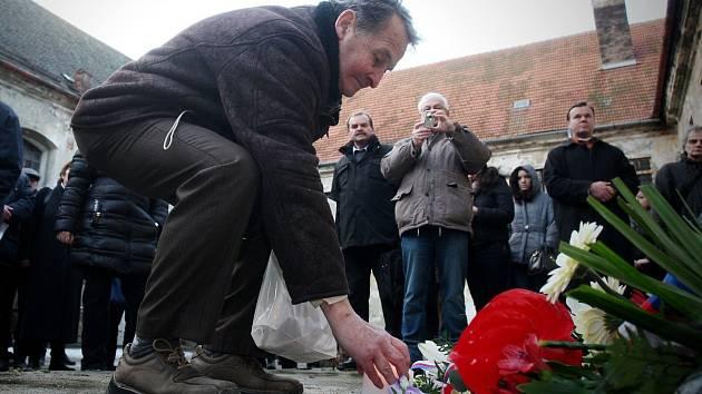Památku obětí totalit uctili lidé při pietním aktu na nádvoří bývalé věznice. K popravišti položili květiny i svíčky.