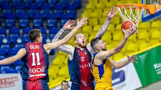 Brněnští basketbalisté (v modro-červených dresech) porazili domácí Opavu v prodloužení 101:99.