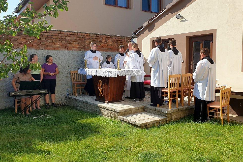 Mše v Moravské Nové Vsi pod širým nebem. Kostel je poničený po tornádu.
