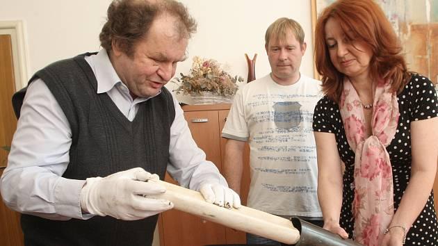 Vyjmutí schránky ze zakládajícího kamene Masarykovy univerzity.